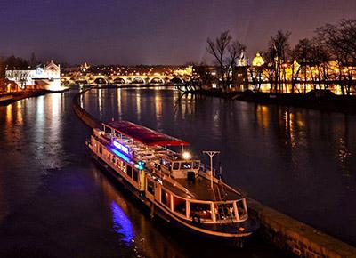 Schiffsfahrt Durch Nächtlich Beleuchtetes Prag