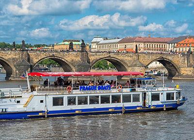 Schiffsfahrt im Zentrum von Prag